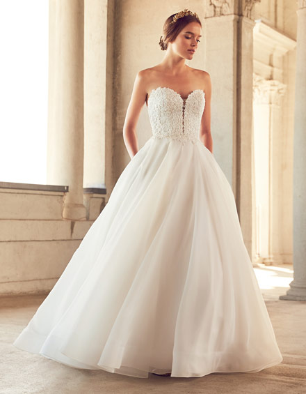Buying A Wedding Gown For Your Body Shape: Apple Style 4793