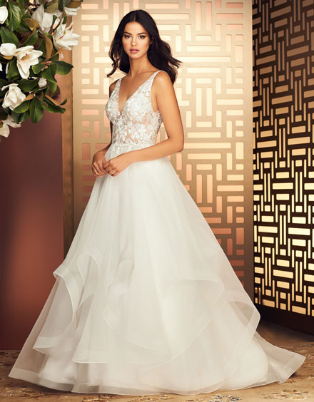 Buying A Wedding Gown For Your Body Shape: Banana Style 4880